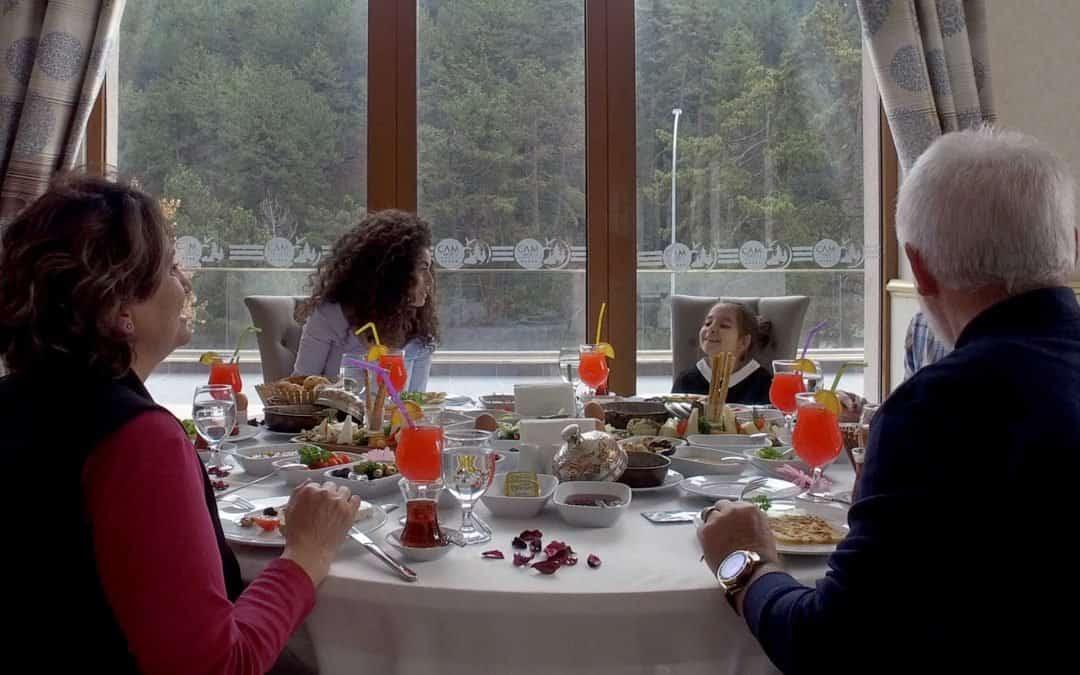 çocukları ile kahvaltı yapan aile