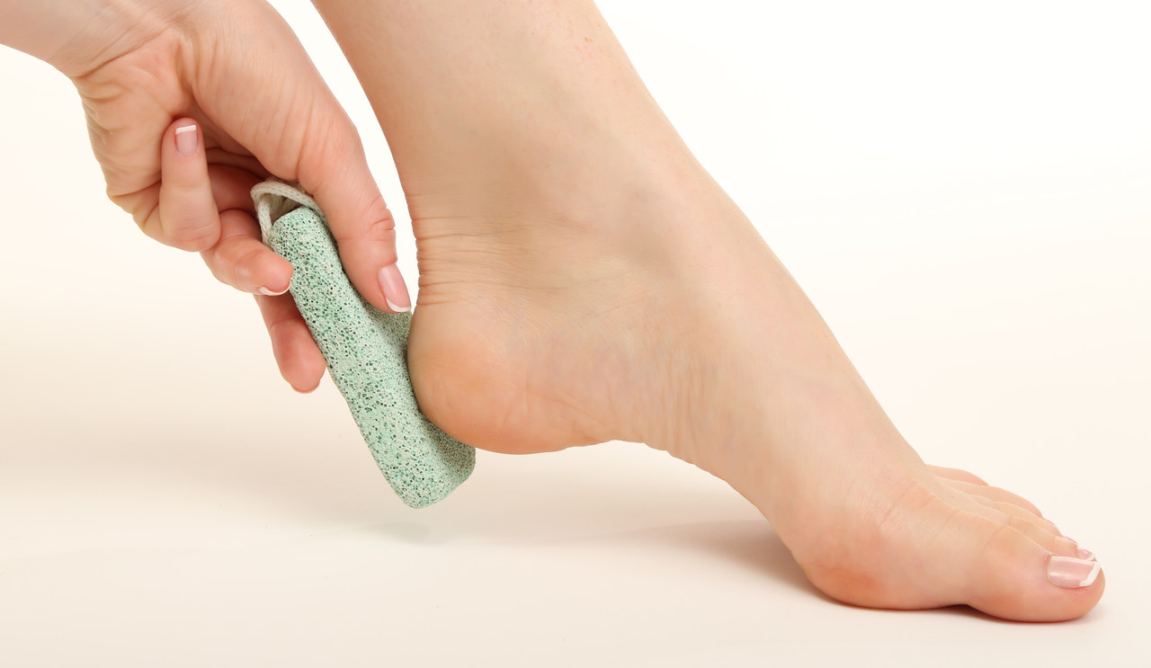 bir ayak ve topuğuna sürtülen ponza taşı
