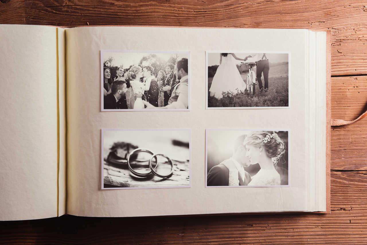 içinde eski fotoğrafların yer aldığı bir anı albümü