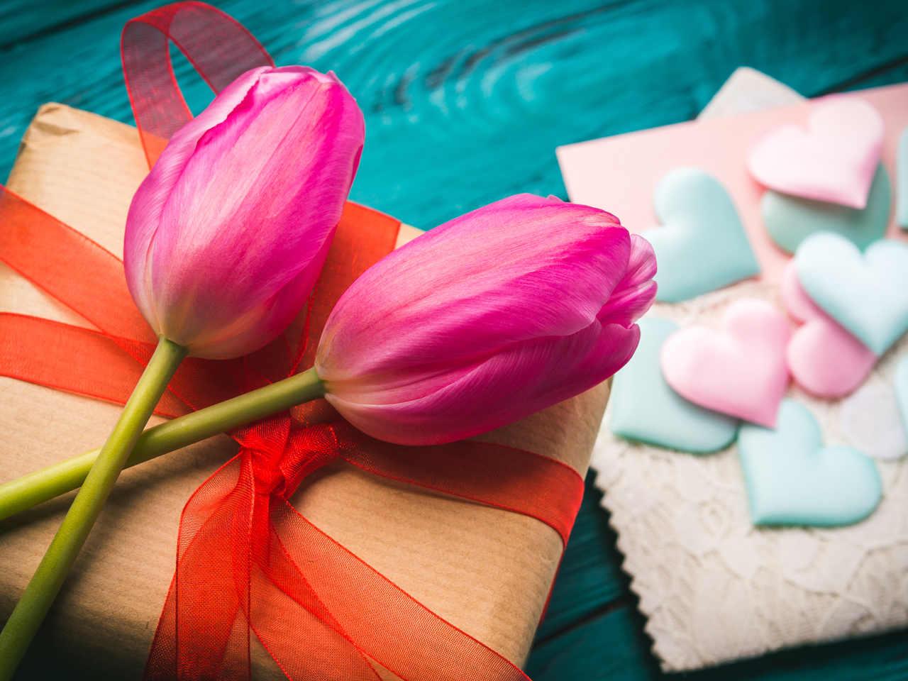 sevgililer günü sürprizi niteliğinde bir hediye kutusu ve lale