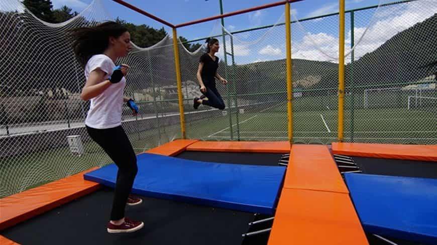 trambolinde zıplayan çocuklar