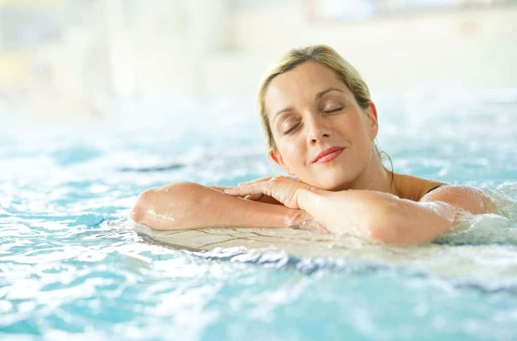 termal havuzda bir kadın
