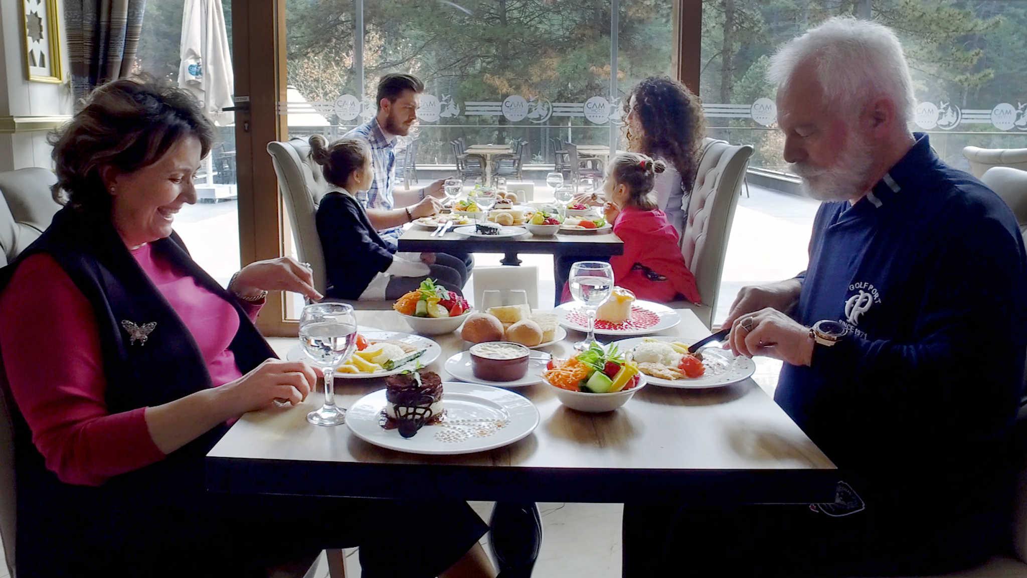 çam hotel restoranda kahvaltı yapan insanlar