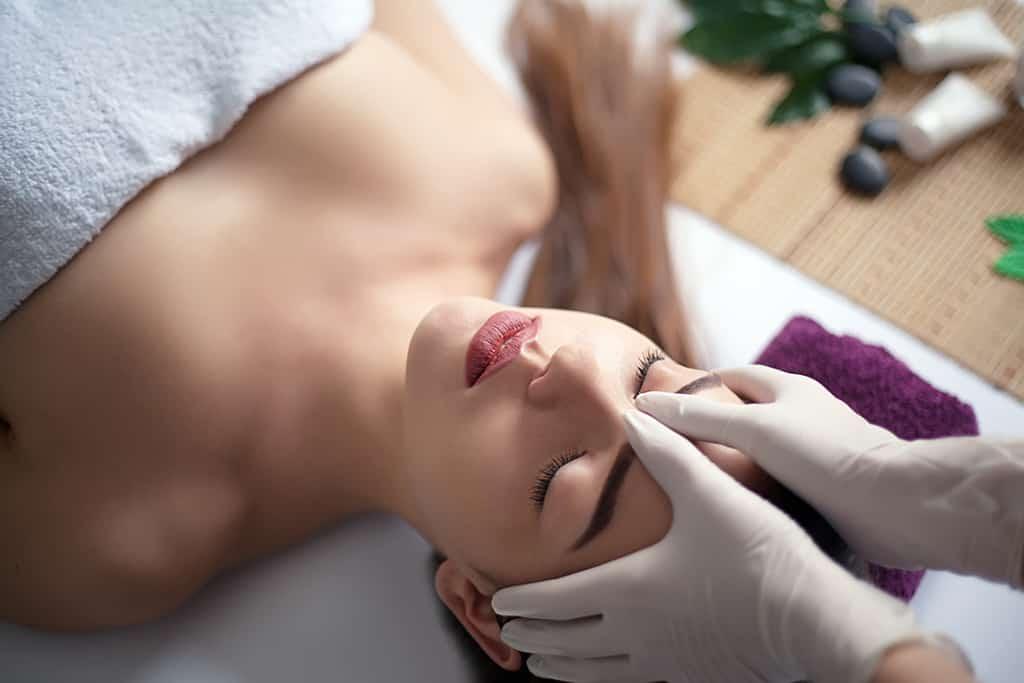 alnına masaj yaptıran kadın