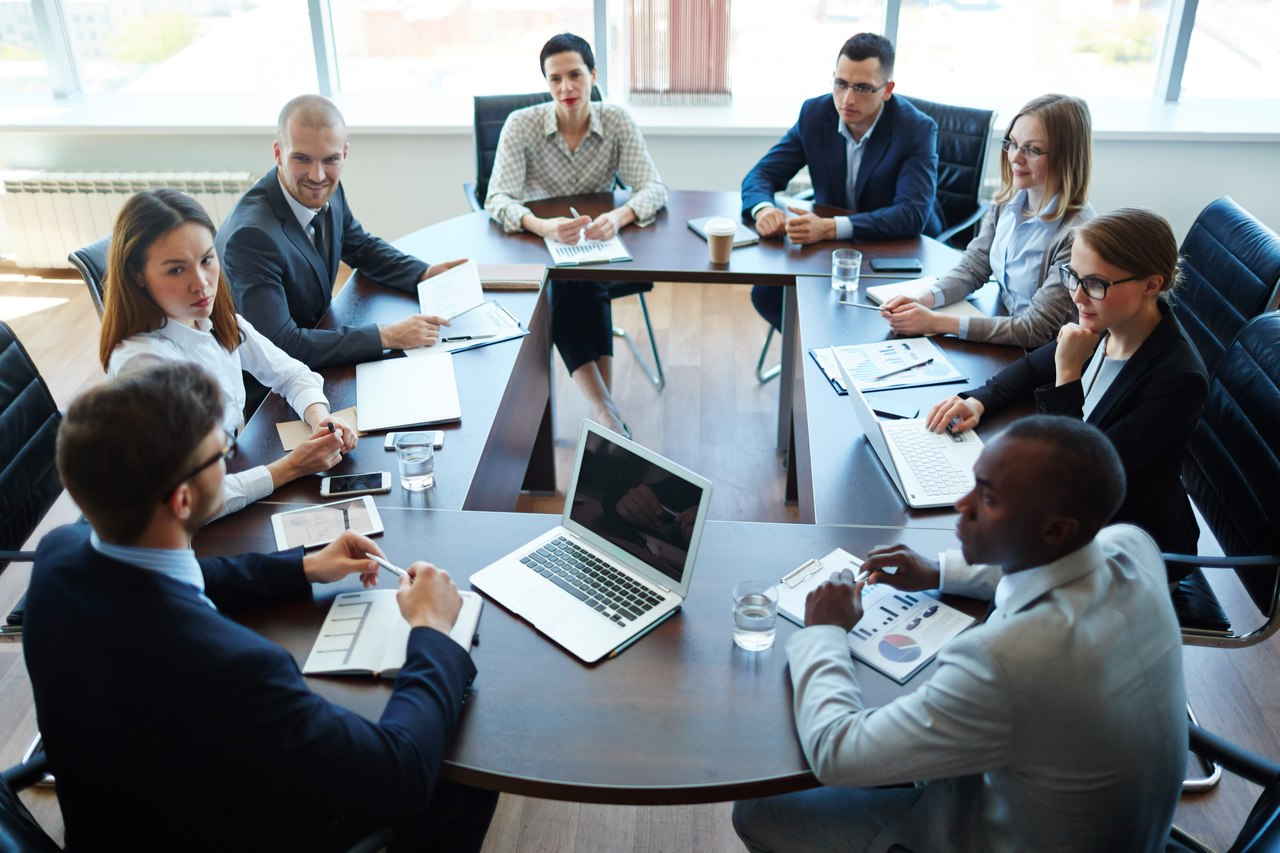 toplantı yönetimi yapan insanlar