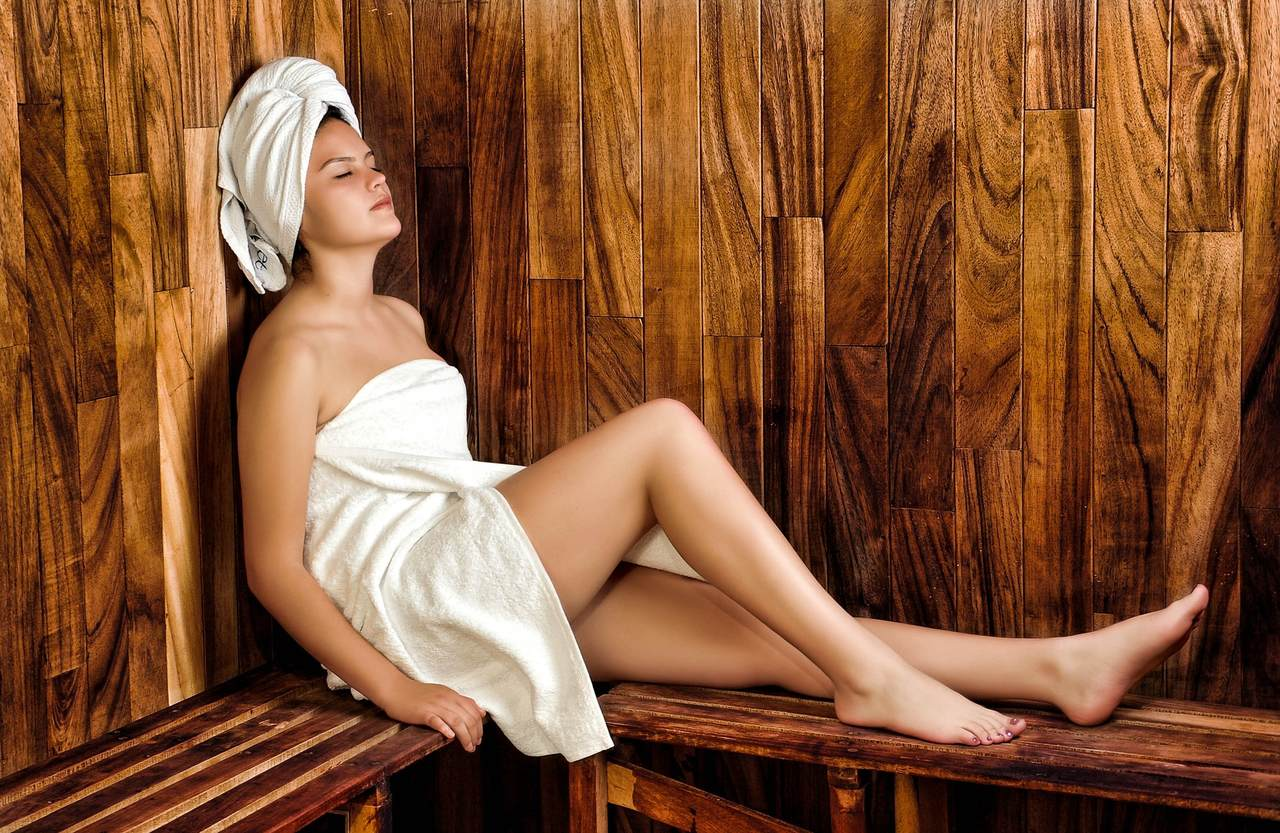 saunada dinlenen kadın, sauna ne işe yarar, saunanın faydaları