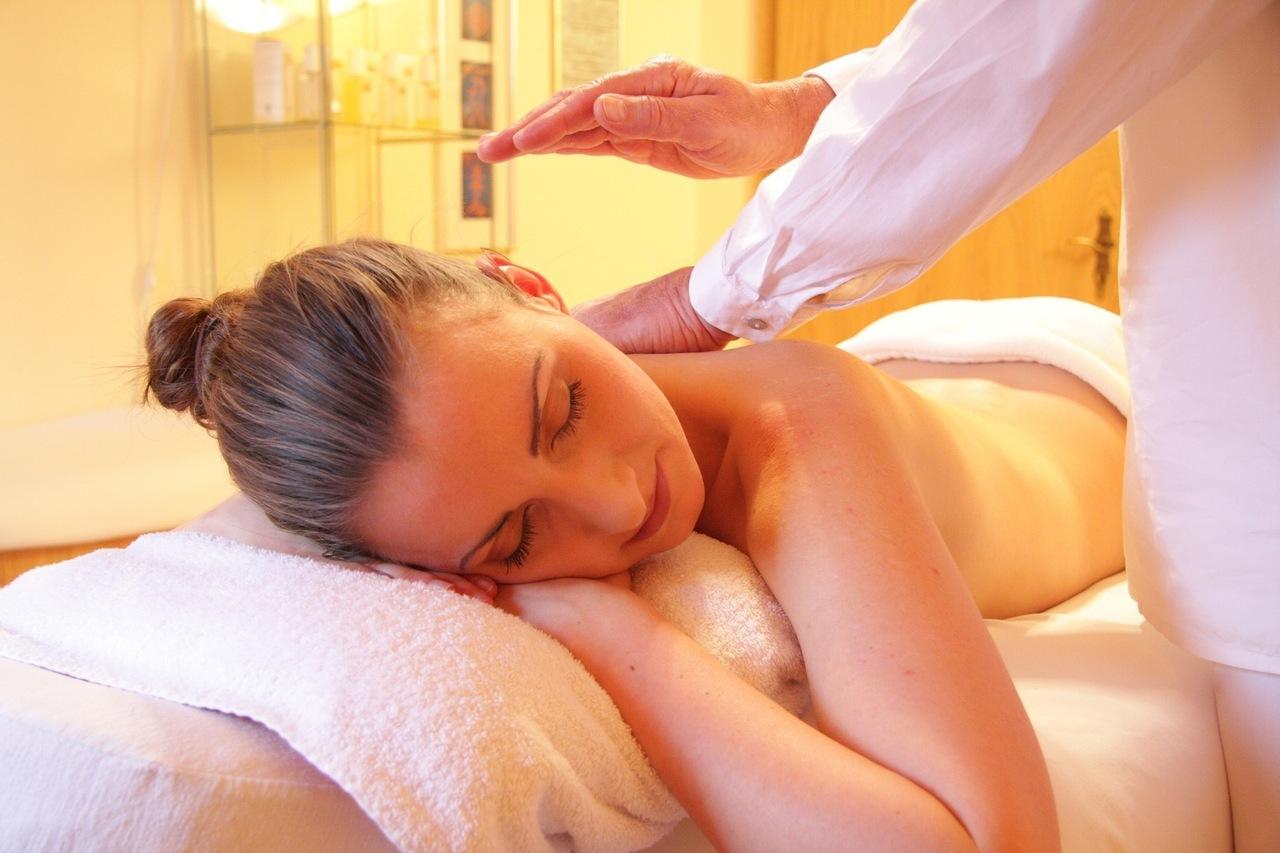 rahatlatıcı sırt masajı yaptıran bayan