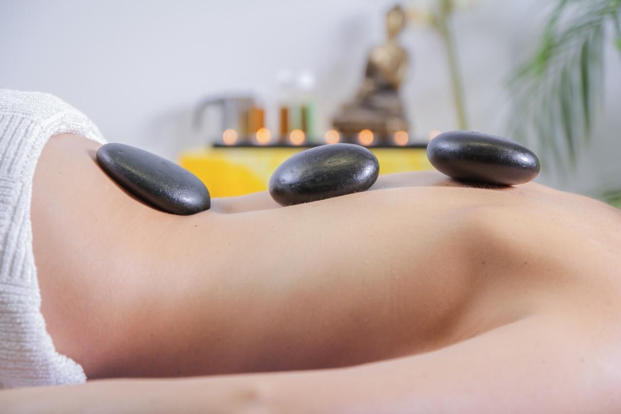 sırt üzerinde kullanılan spa ve masaj taşları