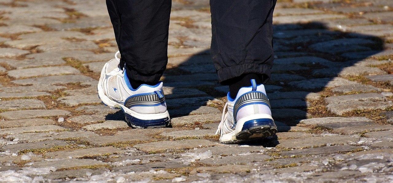 yürüyüşün faydaları, yürüyüş yapan kişinin ayakkabı ve eşofmanı