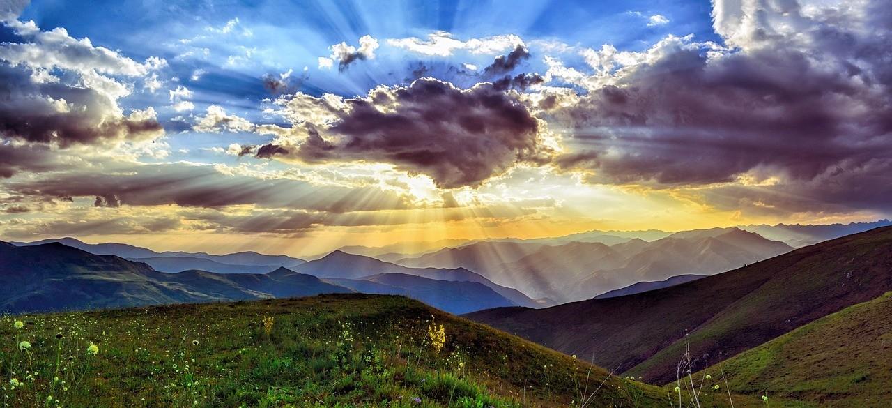 dağların arkasında kalan bir orman ve doğan güneş