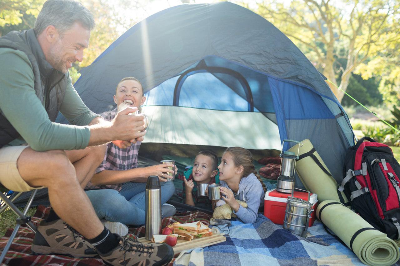 ailecek ormanda kamp yapan aile