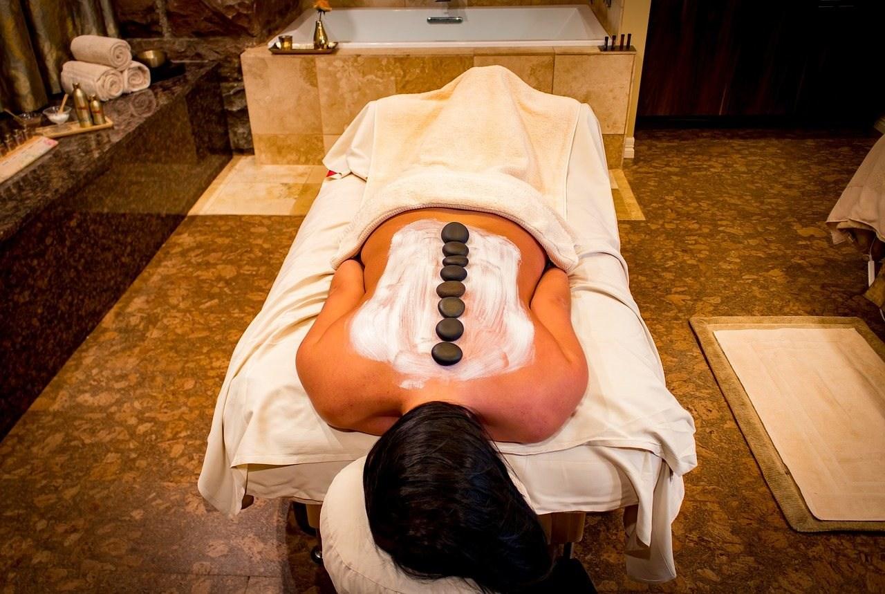 özel taşlı masaj yaptıran bayan