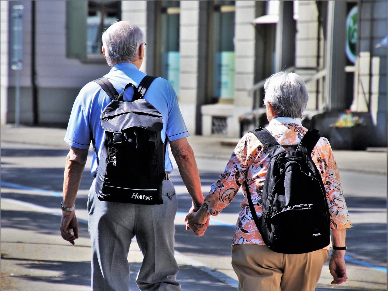 şehirde yürüyüş yapan mutlu ve yaşlı çift