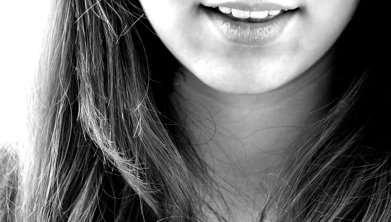 gülümseyen kız ve sağlıklı dişler
