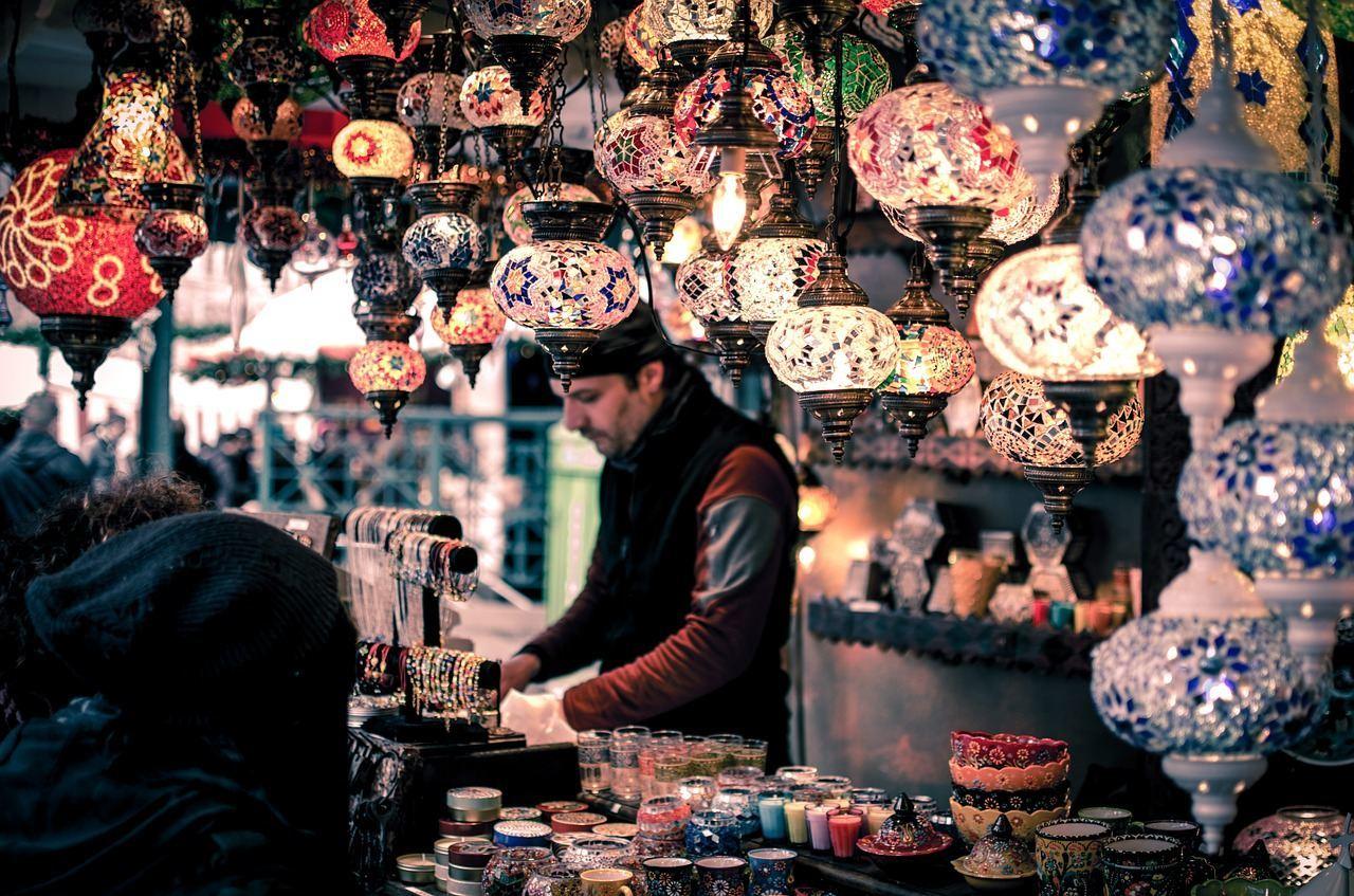 köy pazarında satış yapan tezgahtar