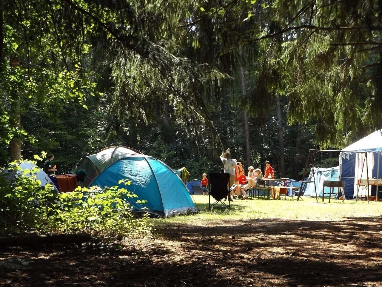 ormanda kamp yapan kişilerin kamp malzemeleri