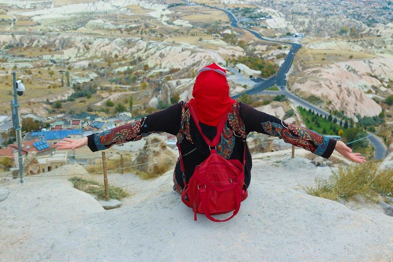 kapadokya manzarasına karşı oturan bayan