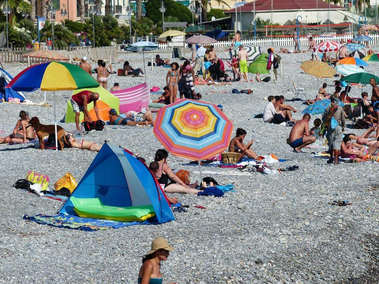plajda güneşlenen turistler