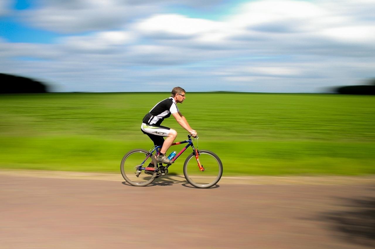 manzara karşısında bisiklete binen sporcu