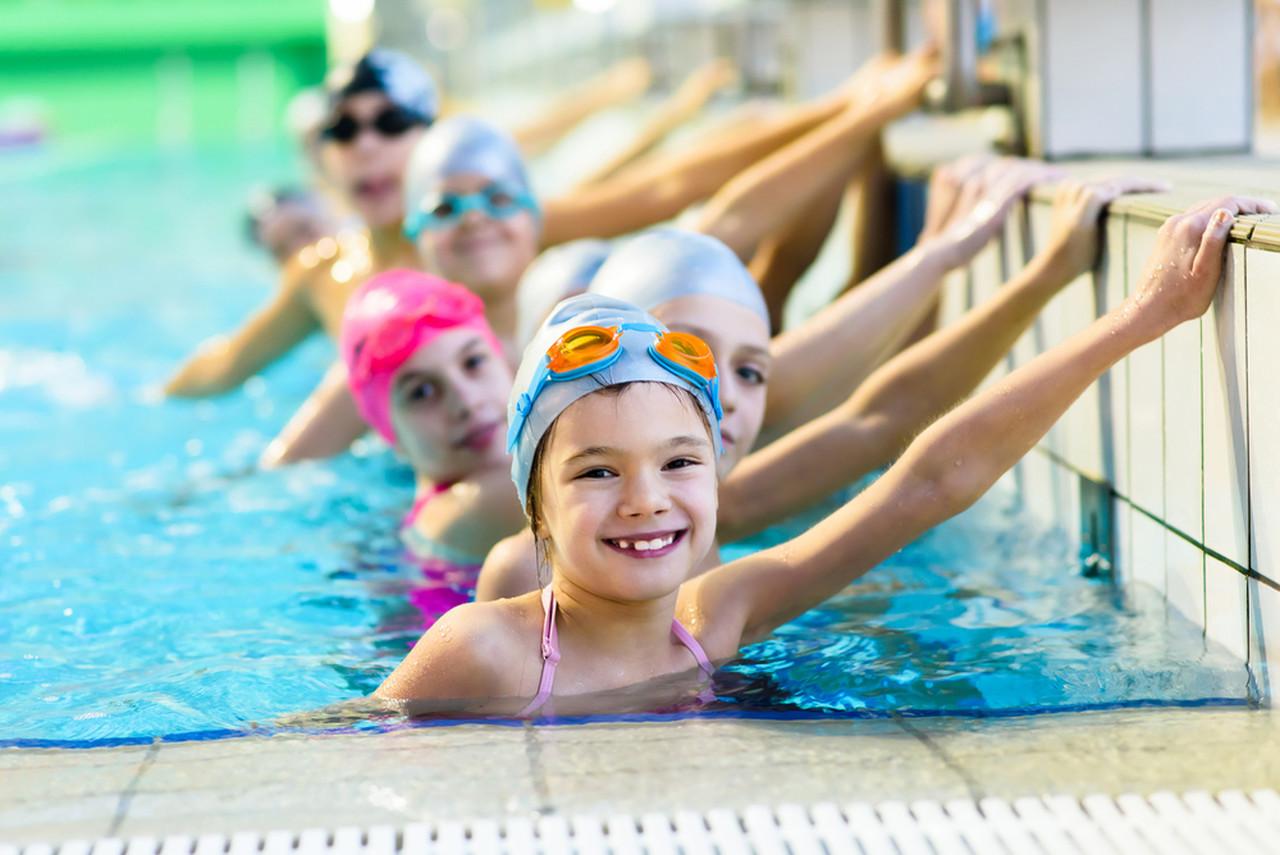 havuzda yüzmeye hazır bekleyen çocuklar
