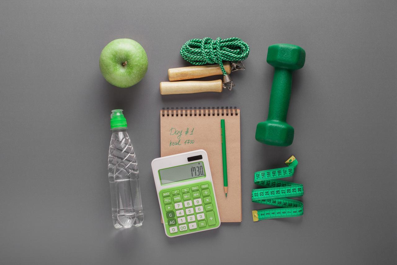 bir masa üzerinde kilo takibi yapmaya yaran araç ve gereçler