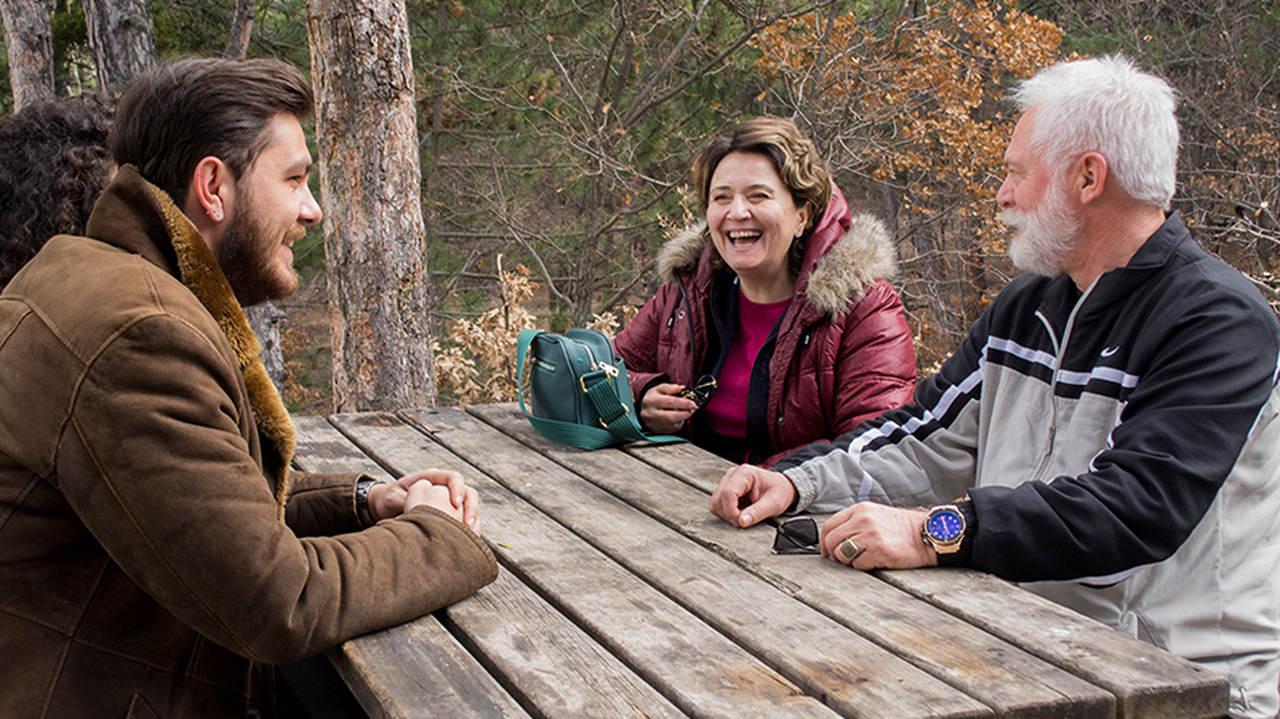 doğada sohbet eden insanlar