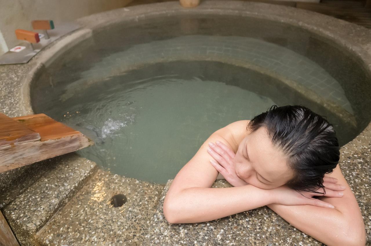 termal suda uyku uyuyan kadın