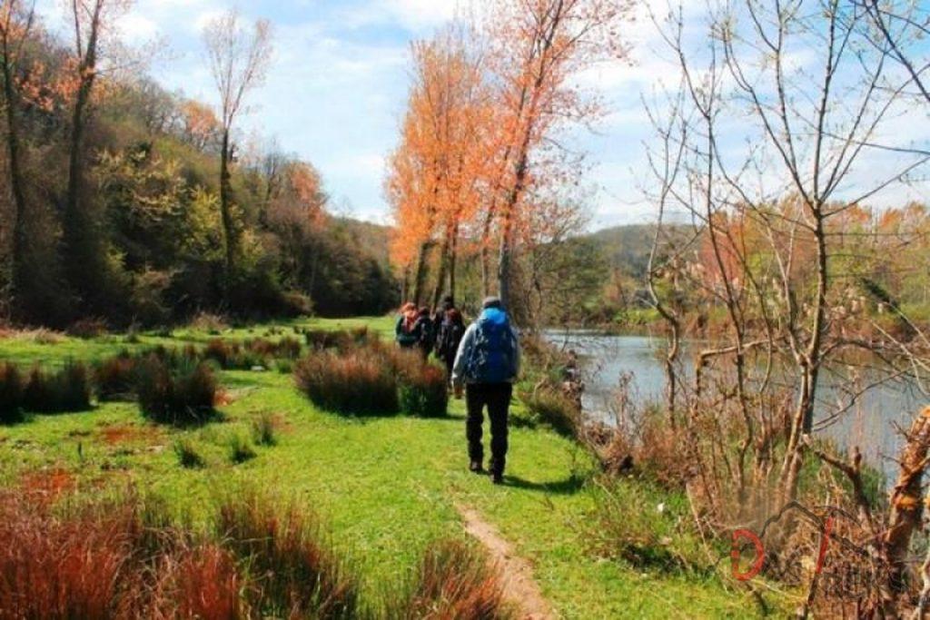 göl kenarında doğa yürüyüşü yapan insanlar