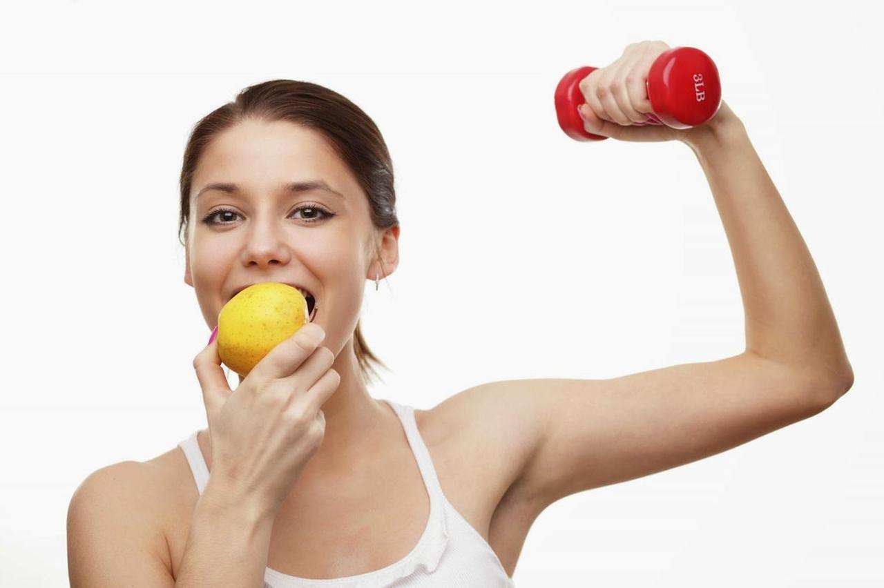 elma yiyen sağlıklı ve güçlü kadın, hamamın faydaları