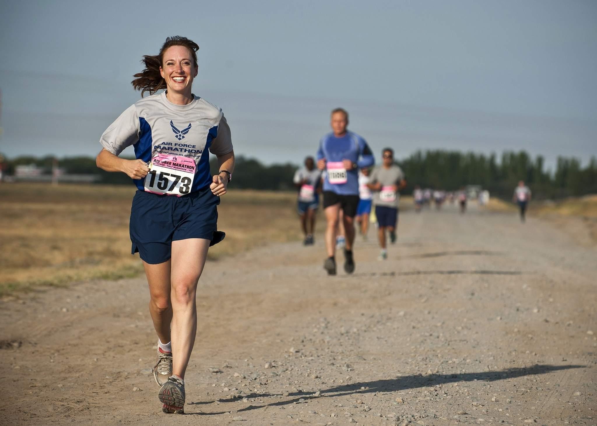 koşu yarışında koşan kadın