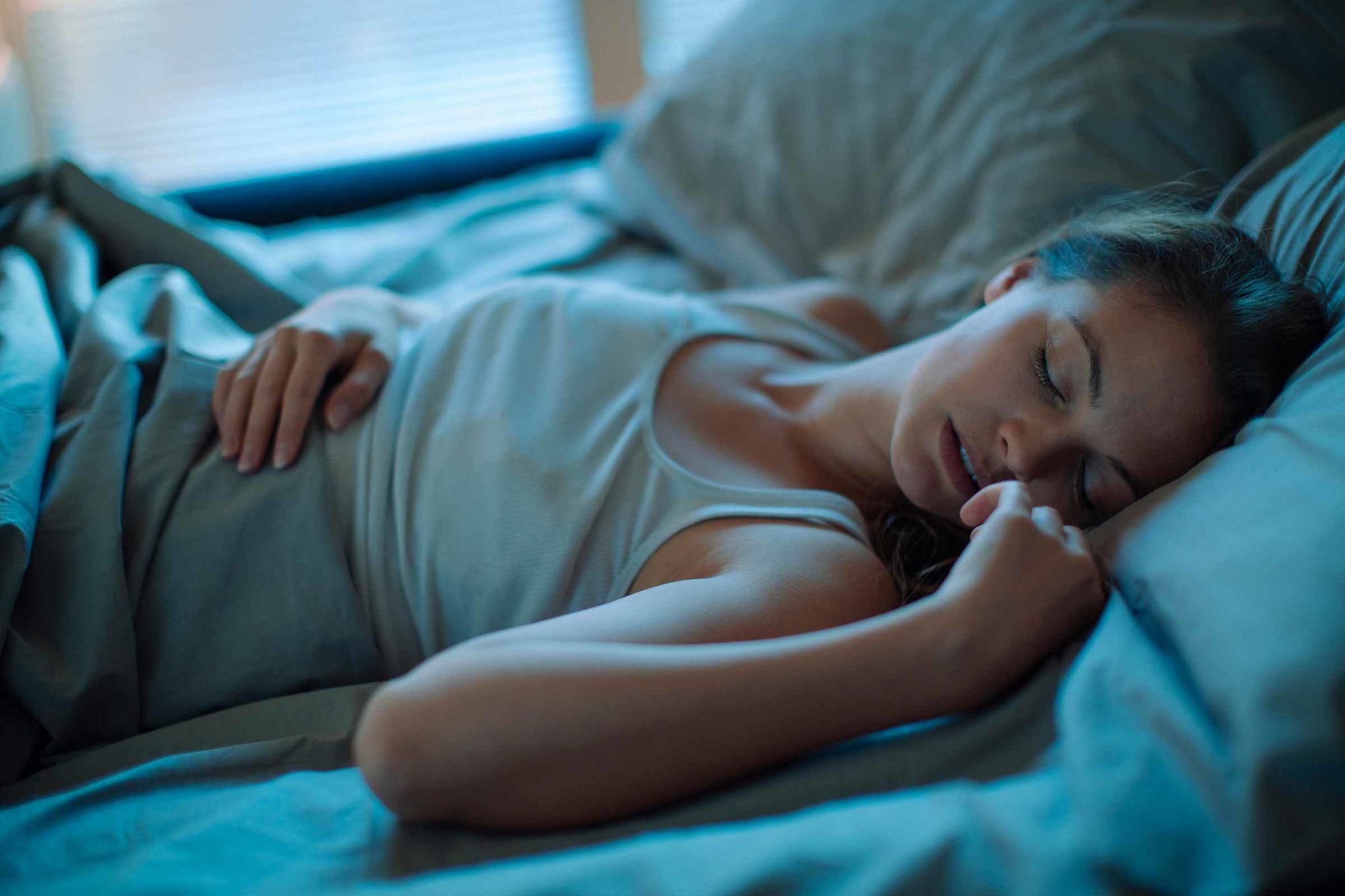 rahat uyku ışığı altında uyuyan kadın, rahat uyku