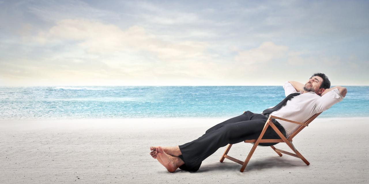 deniz kenarında rahat bir şekilde yatan adam, hamamın faydaları