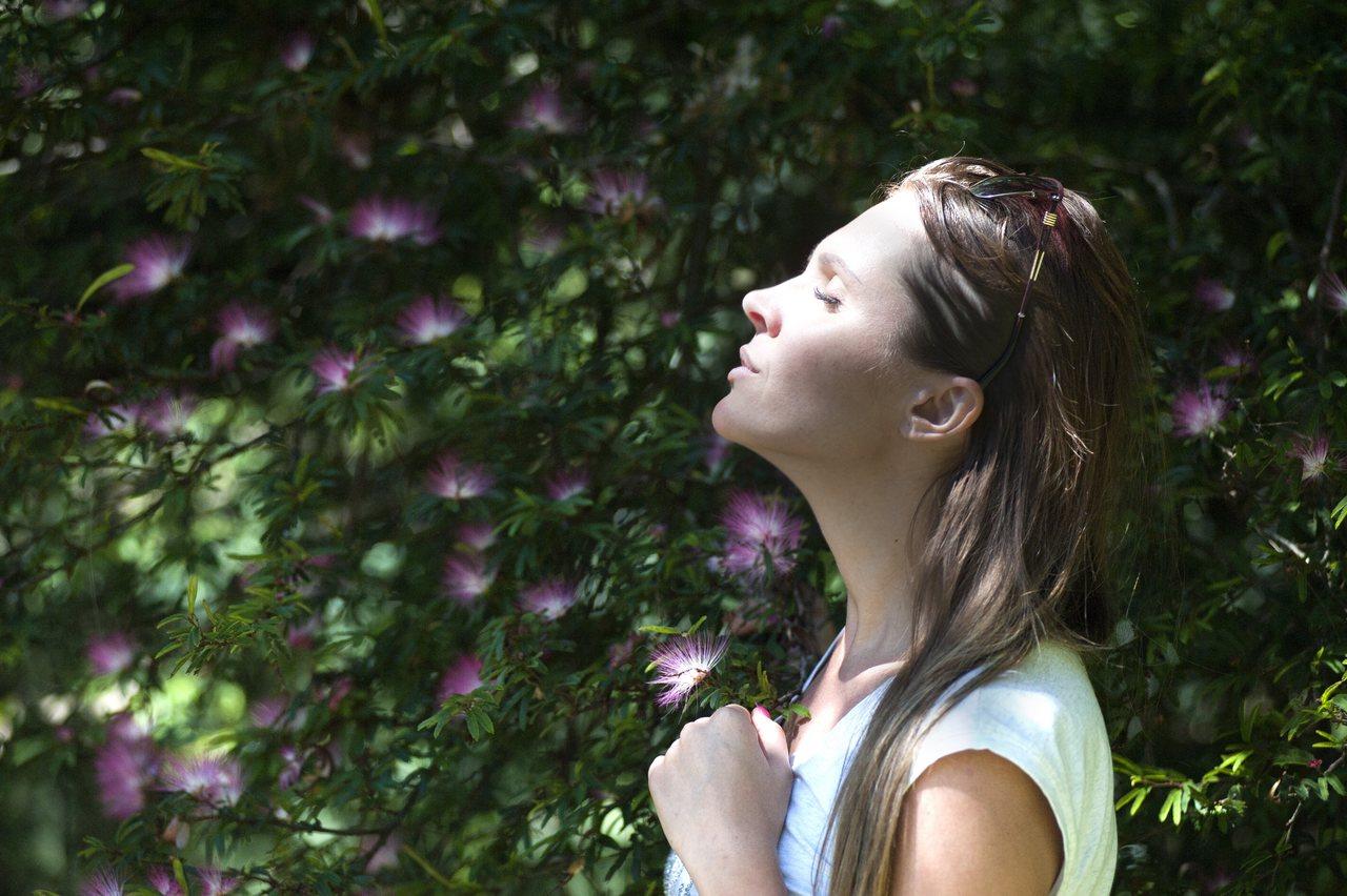 temiz havada nefes alan kadın, beyin egzersizleri