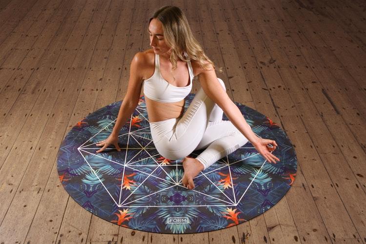 yoga yapan kadın, yoga nedir nasıl yapılır