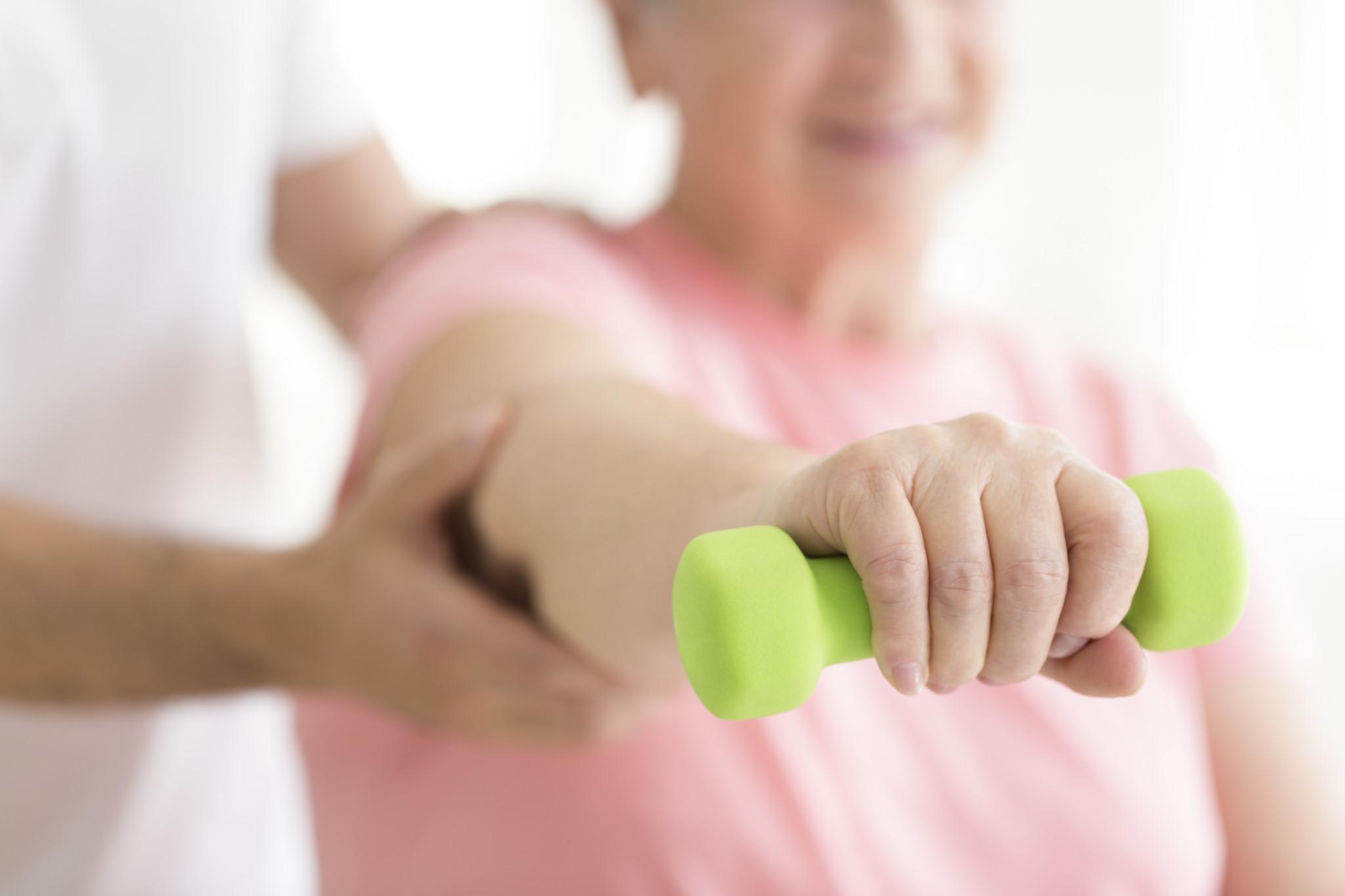 egzersiz yapan eklem hastası kadın, eklem ağrılarına ne iyi gelir