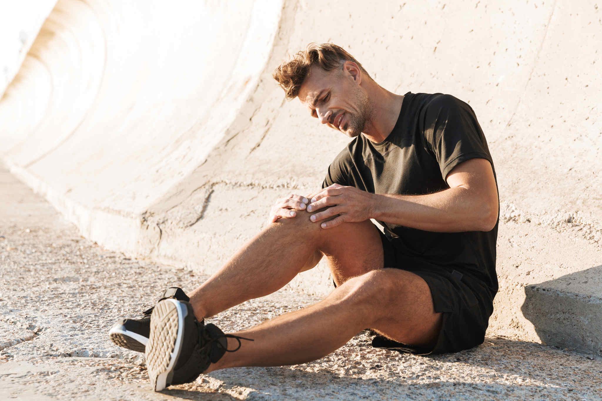 eklem ağrısı olan yorulmuş adam, eklem ağrılarına ne iyi gelir