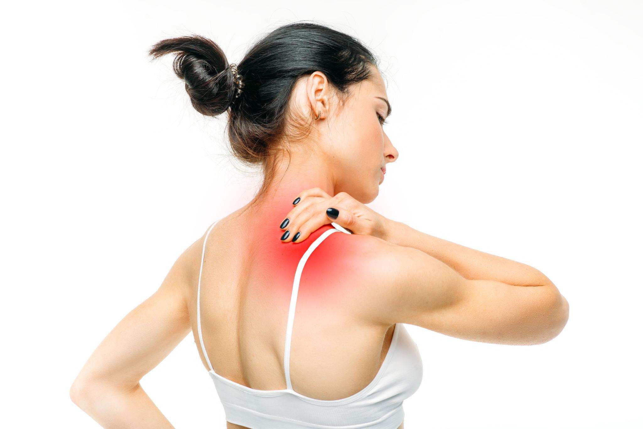 sırtı ağrıyan kadın, romatizma ağrısı nasıl geçer