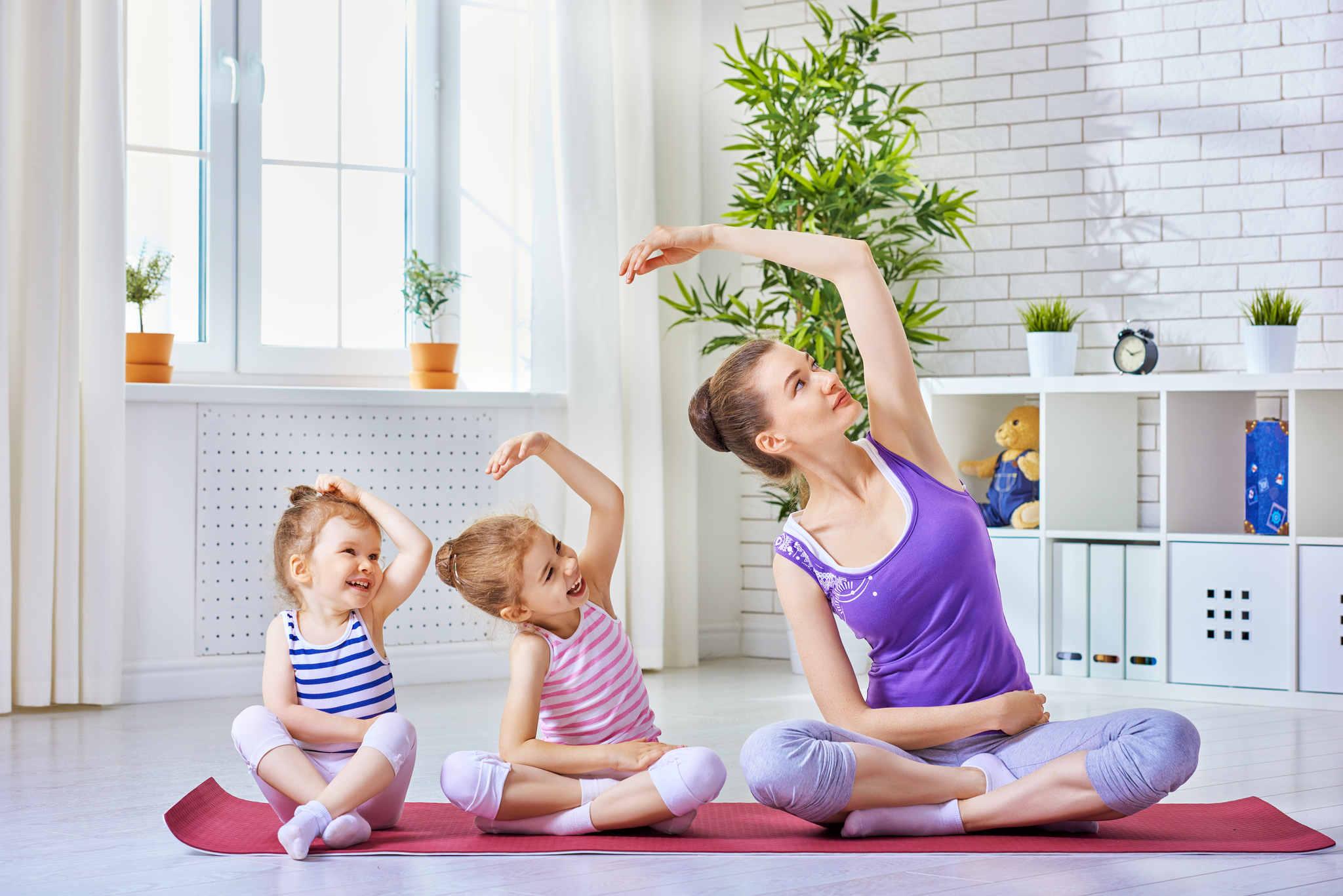 ailece yoga yapan anne ve çocuklar, yoga nedir nasil yapilir