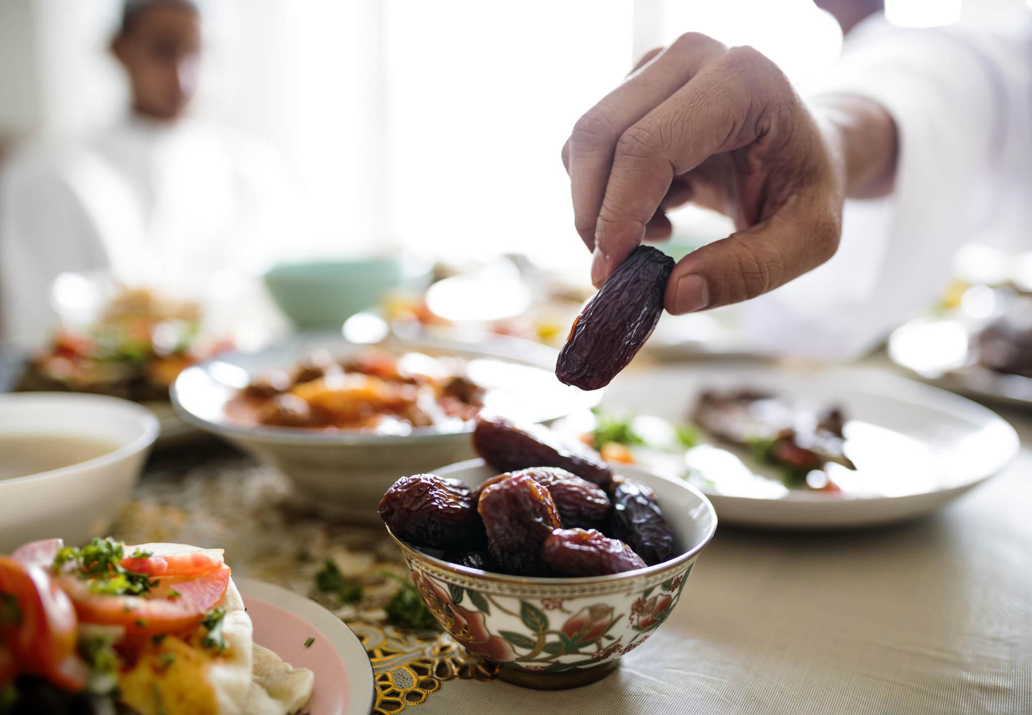 tabaktan hurma alan adam, ramazan diyeti nasıl yapılır