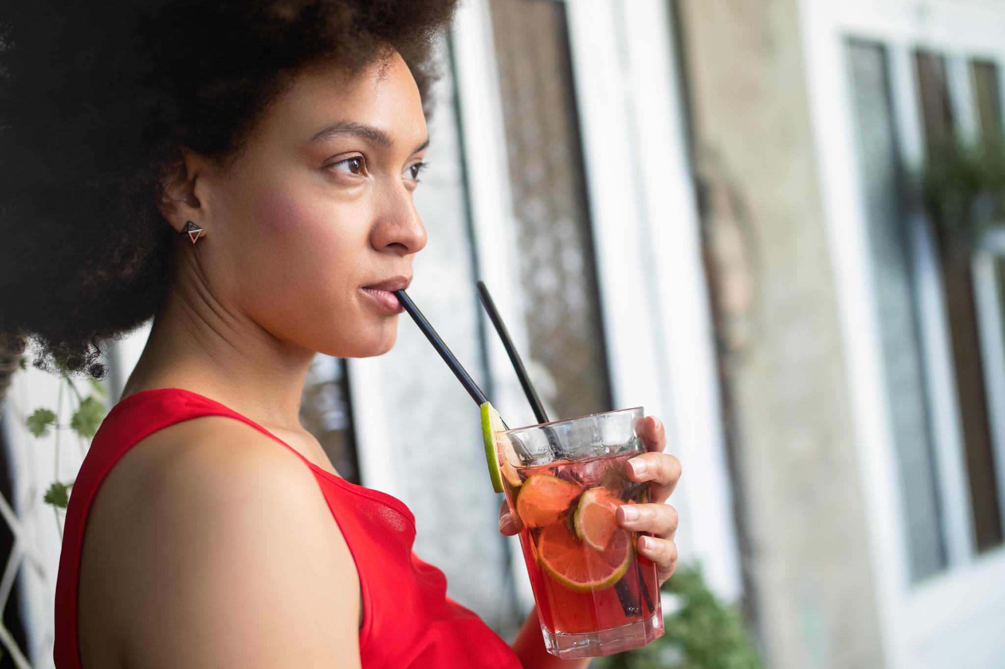 detoks suyu içen kadın, detoks diyeti nasıl yapılır