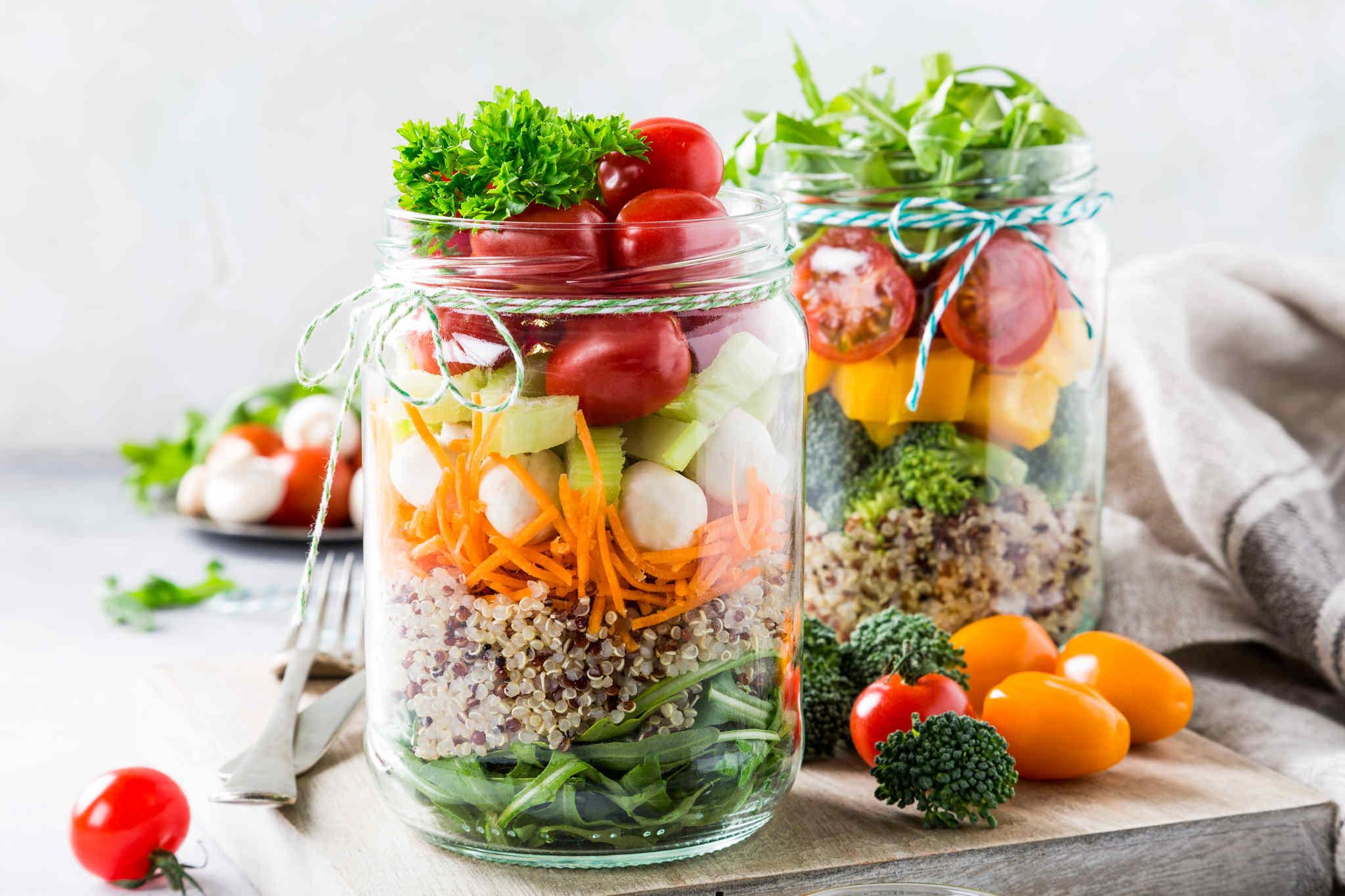 Kavanozun içindeki sağlıklı meyveler ve sebzeler, detoks diyeti nasıl yapılır