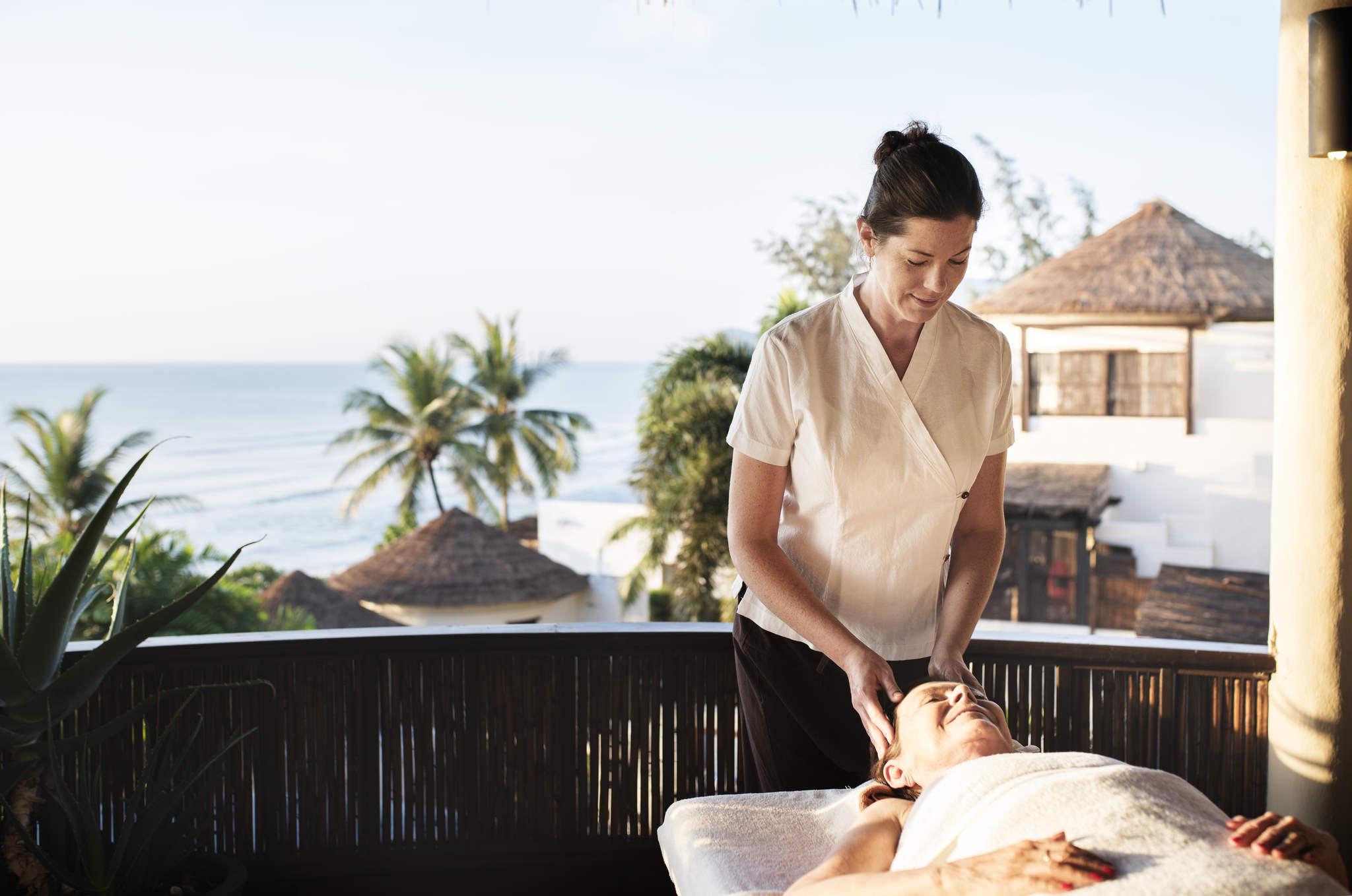 kadının başına masaj yapan masör, çam terebentin nasıl kullanılır