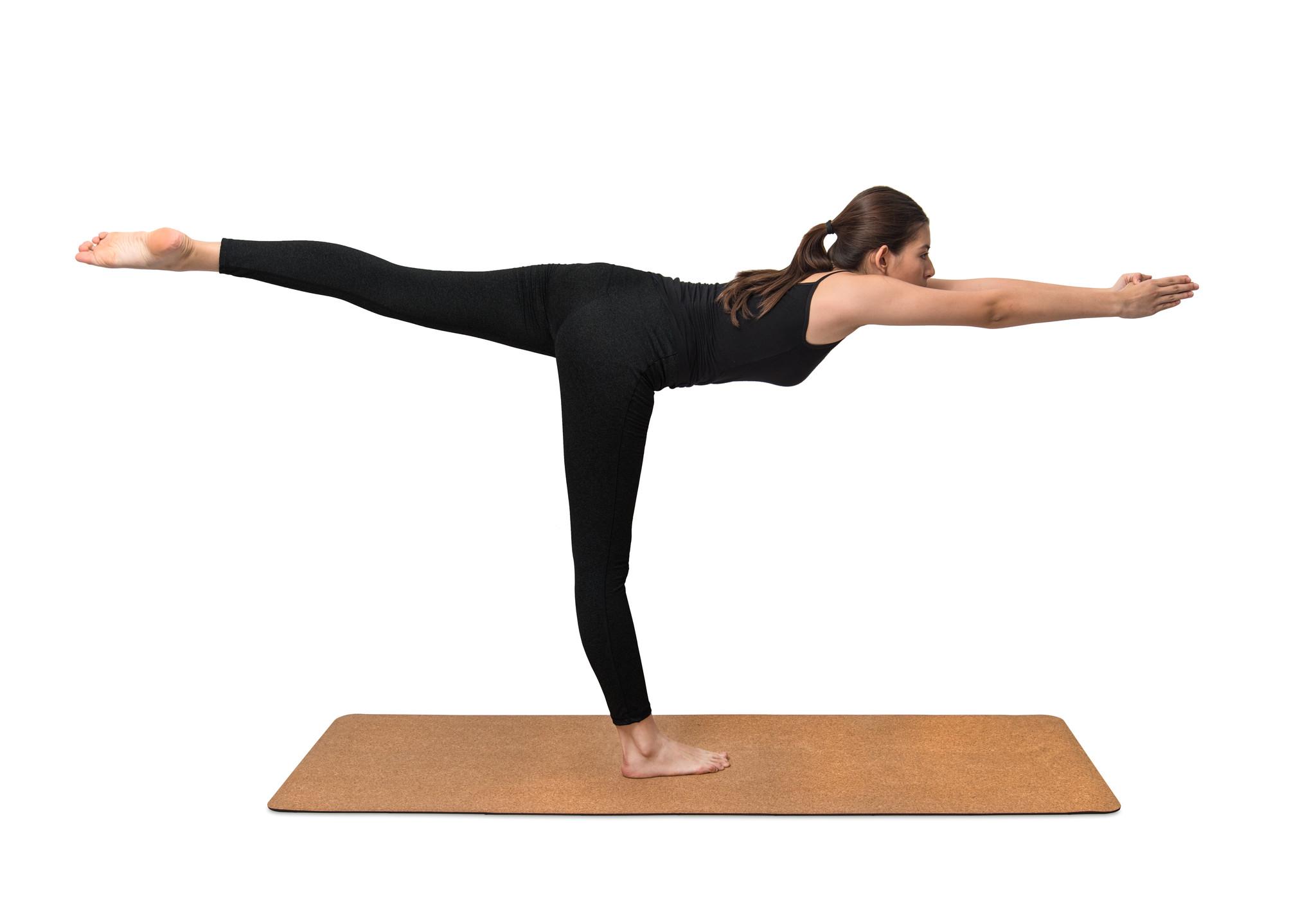yoga yaparken dengede duran kadın, yoganın faydaları