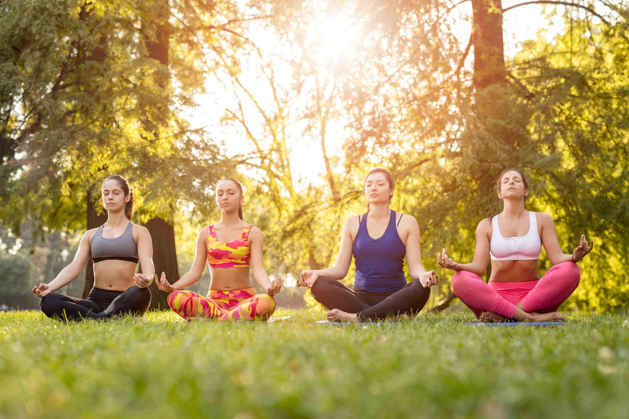 parkta yoga yapan kadınlar, yoganın faydları