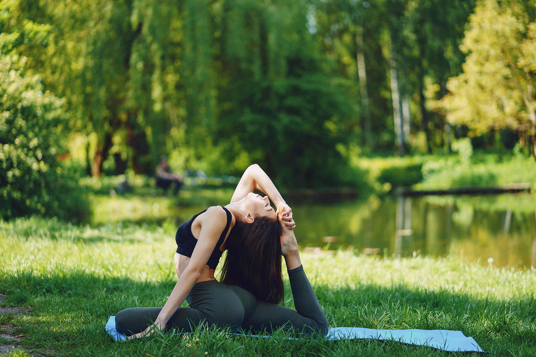 esneme hareketi yapan kadın, yoganın faydaları
